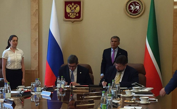 "Roman Shaykhutdinov (at the left) and Dmitry Komissarov in the presence of the president of Tatarstan Rustam Minnikhanov signed the agreement on product introduction of ""MyOffice\"" in state agencies and schools of the republic"