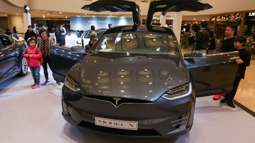 The engineer of Apple, the dead be driving Tesla Model X at blow about a concrete barrier