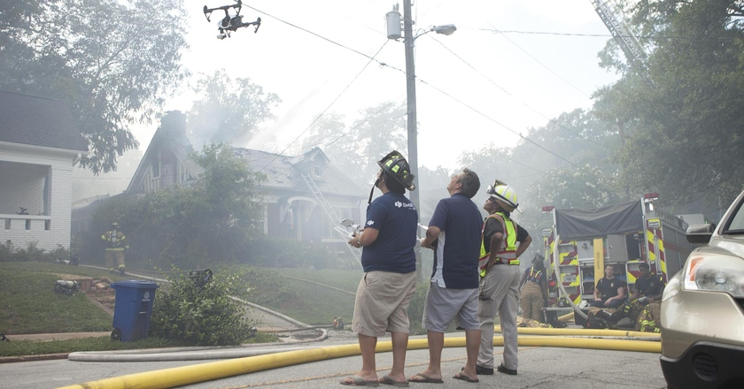 Firefighters extinguish fire by means of the quadcopter