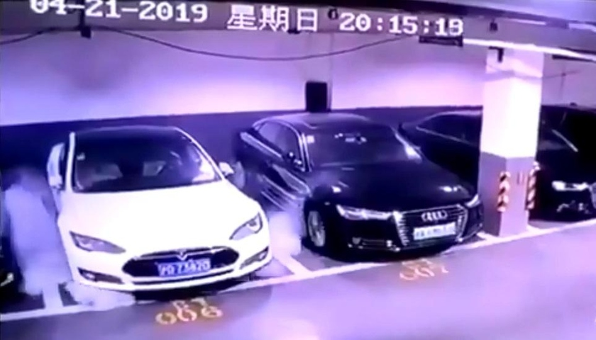 The moment of ignition of the electric vehicle on Model S at the first level of the underground parking in Shanghai